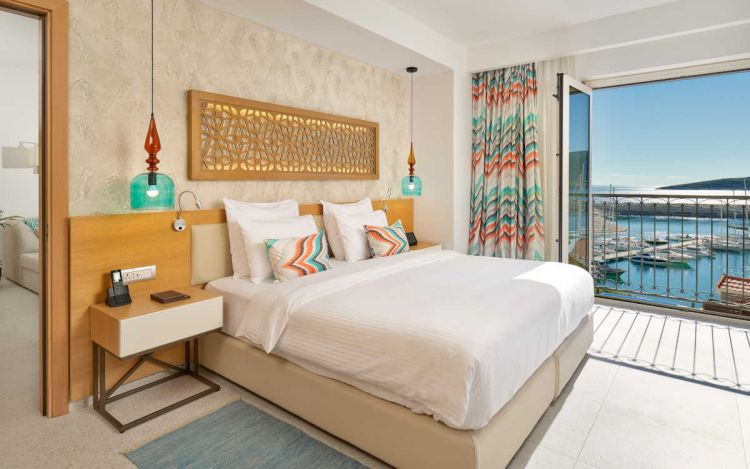 Deluxe Suite Bedroom at The Chedi Lustica Bay